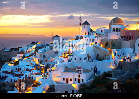 ( Oia Santorini Ia ) - ville de moulins à vent et au coucher du soleil, le grec Iles Cyclades - Photos, photos et Banque D'Images