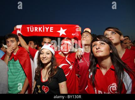1,6 km de ventilateur à Berlin à l'Germany-Turkey jeu en demi-finale, Berlin, Allemagne Banque D'Images