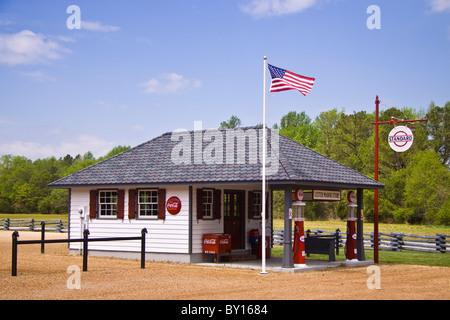 Une ancienne station de remplissage de gaz et conserver à Lester Manor Village le long de la Pamunkey River en Virginie.