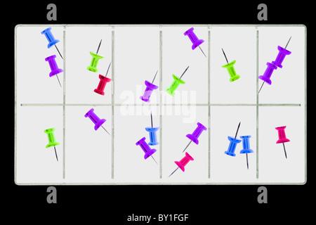 - Amélioration numérique image de clip - push pins en boîte d'accessoires ou de compartiments de la boîte à outils Banque D'Images