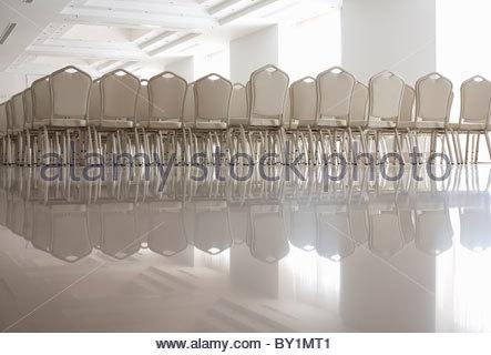 Des rangées de chaises blanches vides Banque D'Images