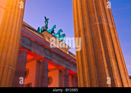 Allemagne,Berlin,Porte de Brandebourg illuminée au crépuscule pendant la Fête des Lumières Banque D'Images