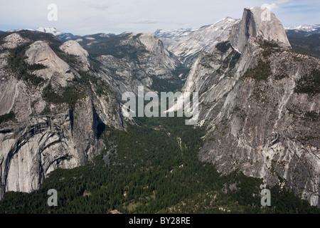 La vallée de Yosemite en Californie, USA prises de Glacier Point avec l'énorme pic demi dôme Banque D'Images