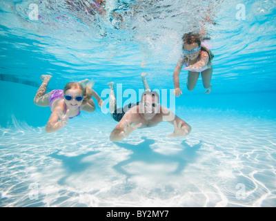 Père de deux filles nager sous l'eau Banque D'Images