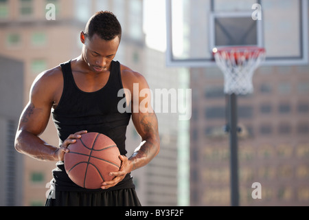 USA, Utah, Salt Lake City, le basket-ball player holding basketball Banque D'Images
