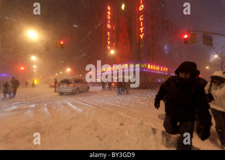 Les gens quittant le Radio City Music Hall spectacle de Noël dans la région de fortes chutes de neige dans la région Banque D'Images