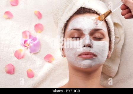 Young woman getting masque de boue au spa-salon de coiffure. Banque D'Images