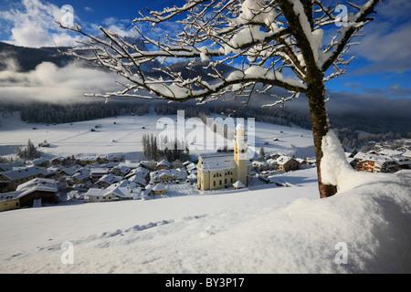 Église jaune couverte de neige en Italie, Sexten Banque D'Images