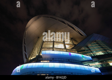 Hong Kong Convention and Exhibition Centre est éclairée la nuit Banque D'Images
