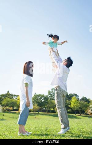Père fille soulevant Banque D'Images