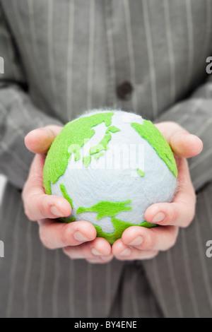 Businessman holding globe dans les mains