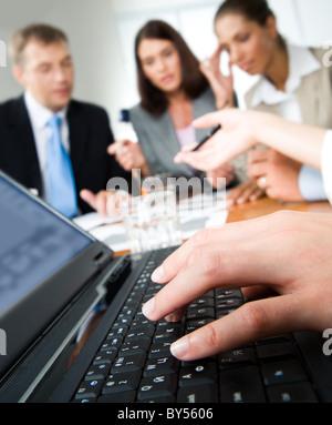 Image de la main de la saisie sur l'ordinateur portable au cours d'un séminaire Banque D'Images