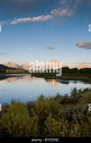 Mt. Moran se reflète dans les eaux calmes d'Oxbow Bend au lever du soleil Banque D'Images