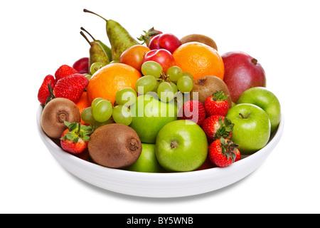 Photo d'une coupe de fruits frais isolé sur un fond blanc.