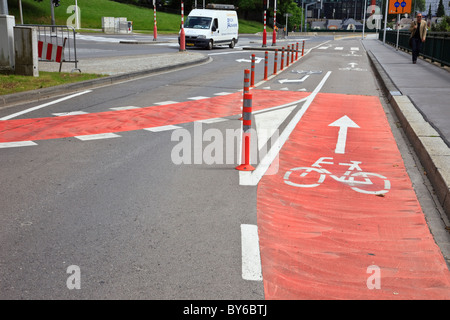 Randonnée à vélo avec des panneaux peints sur la route dans la ville de Luxembourg, Luxembourg, Europe. Banque D'Images