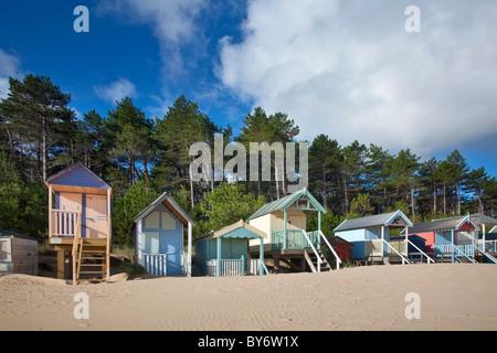 Cabines colorées dans des puits à côté de la mer sur la côte nord du comté de Norfolk sur un matin d'été