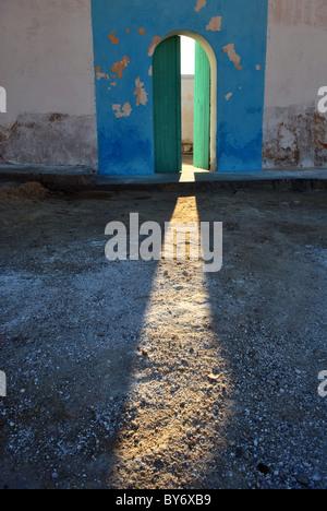 Le soleil qui rayonne à travers une porte ouverte, Tunisie