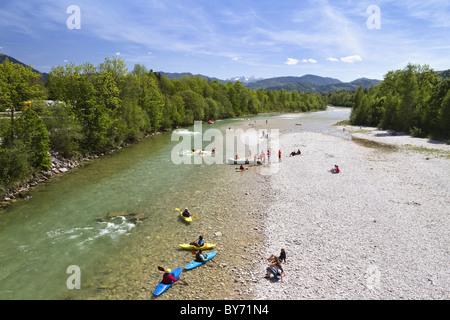Kayak sur la rivière Isar, Lenggries, Haute-Bavière, Allemagne Banque D'Images