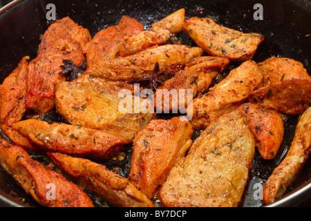 Poulet aux épices asiatiques dans une poêle de cuisson faible perspective. Banque D'Images