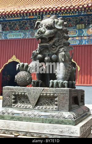 L'Asie, Chine, Pékin. Sculpture en bronze de l'homme lion, l'un des gardien impérial traditionnel bouddhiste tibétain Banque D'Images