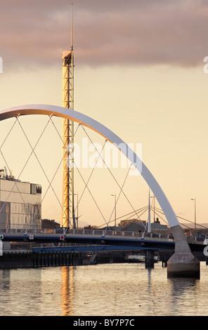 Le Clyde Arc Pont sur la rivière Clyde et la Tour de Glasgow, Glasgow, Ecosse, Royaume-Uni.