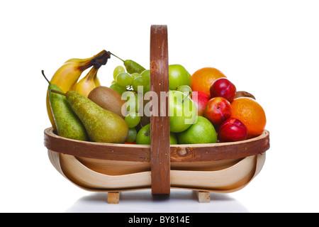 Photo d'un trug en bois plein de fruits frais, isolé sur un fond blanc.