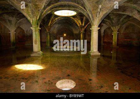 Manège et voûtés en puits Citerne Portugaise souterraine avec de l'eau fraîche dans la vieille ville d'El Jadida Banque D'Images