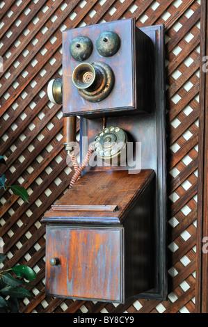 Vieux téléphone accroché sur un mur Banque D'Images
