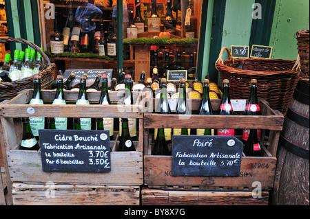 Produits régionaux comme les bouteilles de cidre et de calvados en shop à Honfleur, Normandie, France Banque D'Images