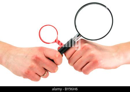 Woman's hands détient deux loupes isolated