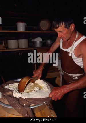 La fabrication du fromage en Air-Musem Ballenberg, Berner Oberland, Suisse Banque D'Images