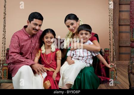 Portrait d'une famille d'Indiens du sud assis sur un jhula Banque D'Images