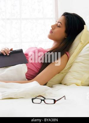 Fille de prendre une sieste dans le lit Banque D'Images