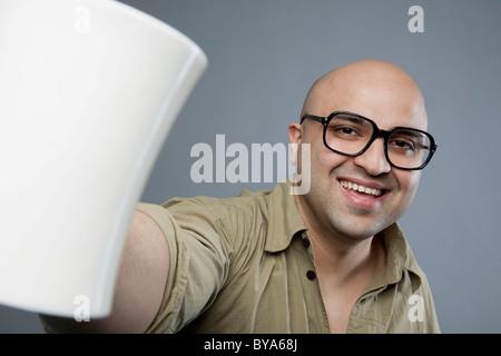 Homme chauve avec une tasse de thé Banque D'Images