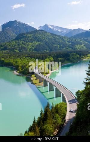Lac de Sylvenstein et pont Alpes bavaroises Allemagne Bavière Banque D'Images