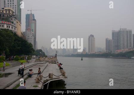 Promenade de la rivière des perles sur un jour smogy à Guangzhou (Chine) Banque D'Images