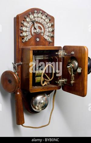 Ancien téléphone en bois sur un mur Banque D'Images