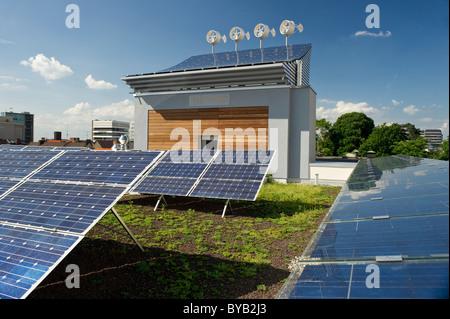 Éoliennes et d'une centrale solaire à Fribourg-en-Brisgau, Bade-Wurtemberg, Allemagne, Europe Banque D'Images