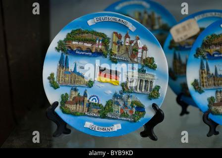 Typiquement allemand plaques représentant des sites touristiques dans une boutique de souvenirs, d'Allemagne, de Banque D'Images
