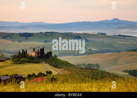 Podere Belvedere et à l'aube de la campagne toscane, près de San Quirico d'Orcia, Toscane Italie Banque D'Images