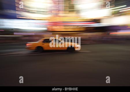 Déménagement yellow cab à Times square taxi floue Banque D'Images