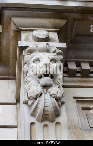 Des lions de pierre en tête sur le côté d'une maison victorienne