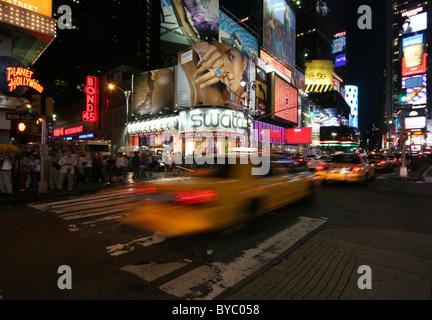 Déménagement yellow cab à Times Square Banque D'Images