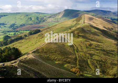 La grande arête et Mam Tor Tor de l'arrière, au-dessus de la vallée de l'espoir, parc national de Peak District, Banque D'Images