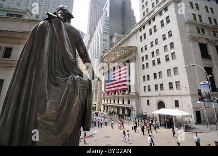 Une vue de Federal Hall et la Statue de George Washington à l'égard de la Bourse de Wall Street. Le 6 juin 2010. Banque D'Images