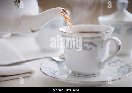 Tasse fumante de thé en porcelaine fine Banque D'Images