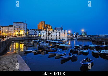 L'humeur du soir, port avec bateaux, Castro Urdiales, Golfe de Gascogne, Cantabria, Spain, Europe
