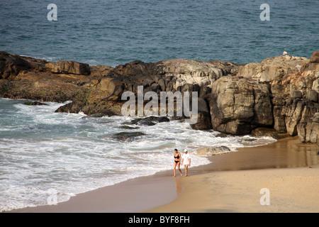 Un couple ayant une marche matinale sur la plage Banque D'Images
