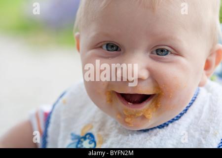 Close up of baby avec visage sale après avoir mangé Banque D'Images