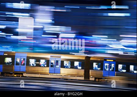 Subway train de nuit Banque D'Images